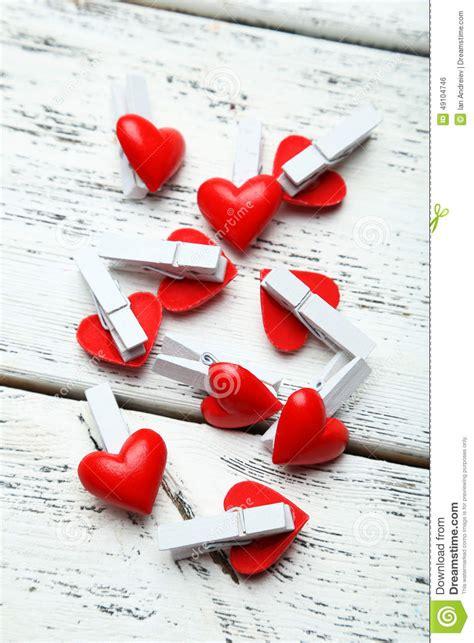 pinces 224 linge d 233 coratives d amour sur le fond en bois blanc photo stock image 49104746