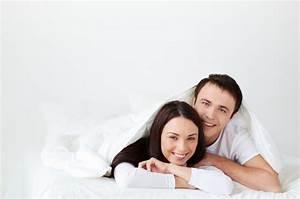 Liege Im Bett : l chelnd paar im bett liegend download der kostenlosen fotos ~ Orissabook.com Haus und Dekorationen