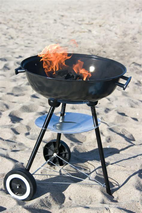 barbecue op strand stock afbeelding afbeelding bestaande uit brandwond 5142247
