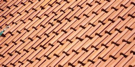 toiture en tuiles conseils  prix au  en renovation