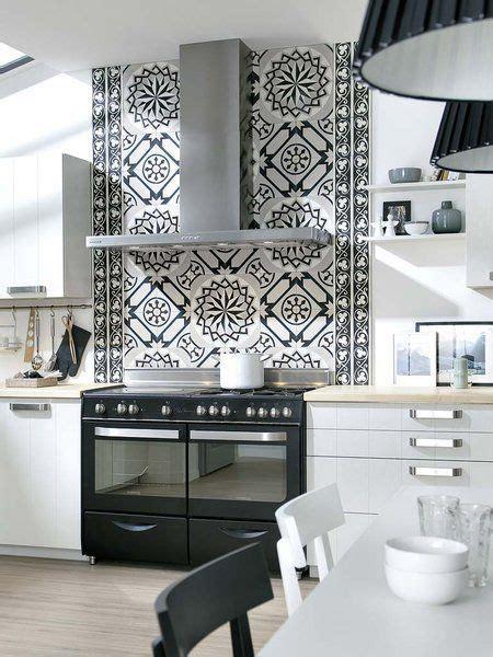 una cocina en blanco  negro