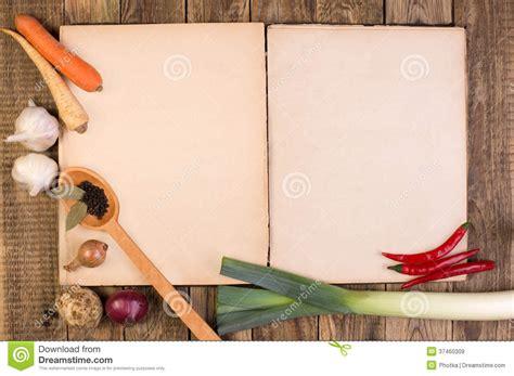 livre de cuisine sur le fond en bois images libres de