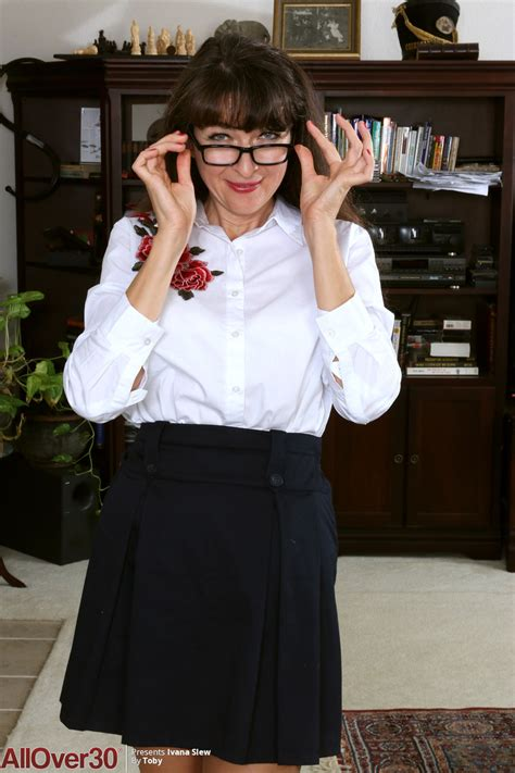 Geeky Mature Nympho With Saggy Tits Ivana Slew Gets Wet