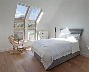 Bett Unterm Fenster : traumhaft romantisch schlafzimmer unterm dach ~ Frokenaadalensverden.com Haus und Dekorationen
