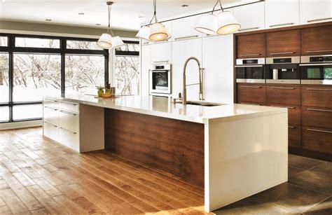 cuisine bois contemporaine cuisine contemporaine aux meubles blancs ou bois foncé