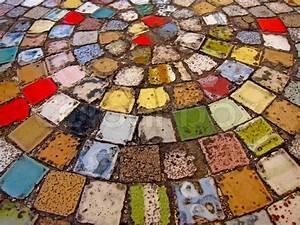 Mosaik Selber Fliesen Auf Altem Tisch : runder tisch mit bunten fliesen stock foto colourbox ~ Watch28wear.com Haus und Dekorationen