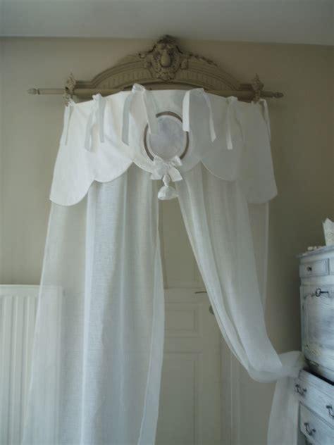 rideau ciel de lit en linge ancien et voile de feston ponpon et monogramme textiles et