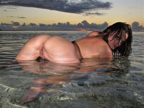 Boyley Crack Softcore By The Beach Renee Perez Uncrossess Muff And Vibrates Her Lips On The