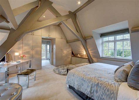 chambre poutre apparente plafond avec poutres apparentes en bois repeint en gris