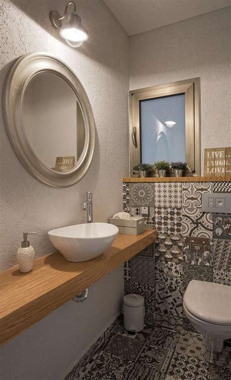 Wc Fliesen Gestaltung by G 228 Ste Wc Mit Muster Fliesen Und Holzwaschtisch Bad