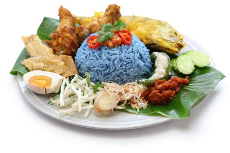 cuisine malaisienne kerabu de nasi salade bleue de riz de couleur cuisine