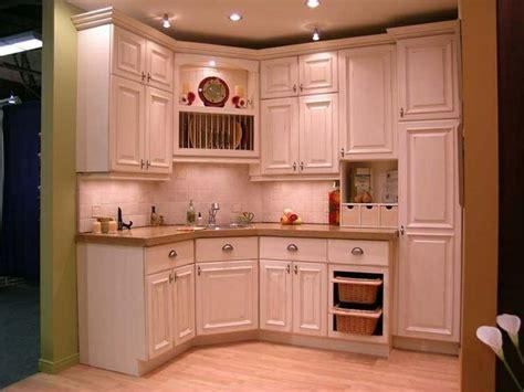 armoire de cuisine rustique les 25 meilleures idées de la catégorie armoires crème sur