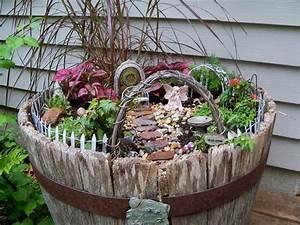 Gartendeko Aus Altem Holz : gartendeko aus holz miniatur garten im alten weinfass fairy garden ~ Frokenaadalensverden.com Haus und Dekorationen