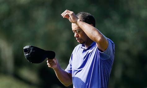 Tiger Woods throws up on the course, continues to play ...