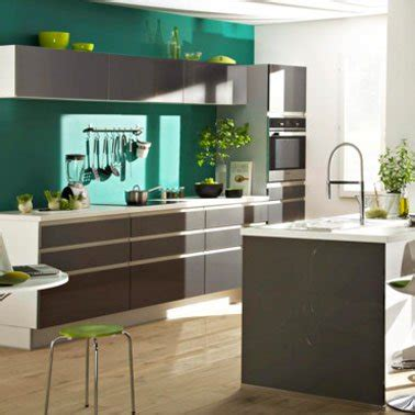 cuisine mur vert peinture cuisine couleur vert émeraude et meubles platine but