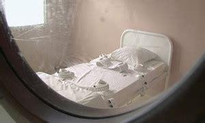 chambre isolement psychiatrie chambre d 39 isolement attachée au lit neuroleptiques