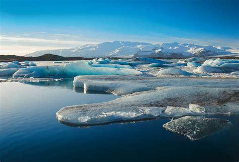 femme de chambre banquise étendue eau et glace en antarctique beau