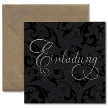 schwarze einladung mit ornamentdruck und goldenem kuvert