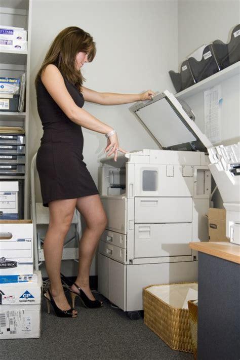 sous les jupes au bureau la femme dans le monde des informaticiens