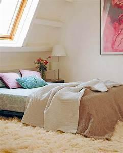 1001 idees deco de chambre sous pente cocoon With tapis chambre bébé avec coussin fleurs pour enterrement