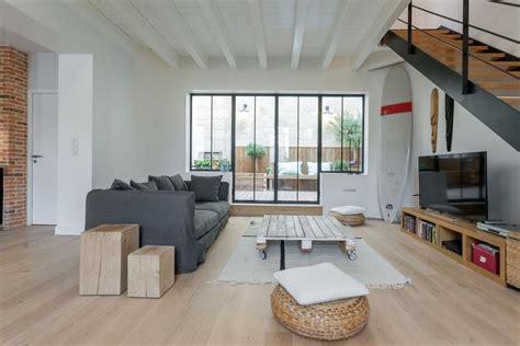 escalier entre cuisine et salon salon design avec verrière et escalier en bois et métal