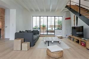 Salon design avec verriere et escalier en bois et metal for Salon avec escalier