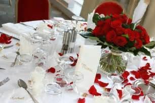 d 233 coration table mariage n p table des mari 233 s avec p 233 tales de roses rouges photo de mercure