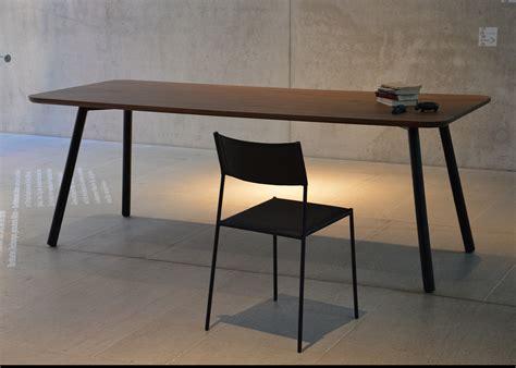 pied de bureau bois table de repas en chêne ou noyer au design sobre et