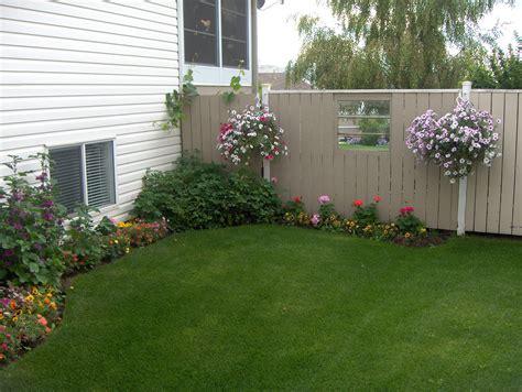 Mesmerizing Backyard Fence Decor With Hanging
