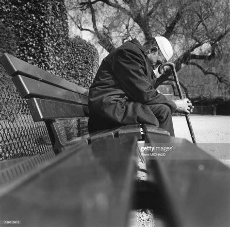 Homme âgé immigré dans un parc à Paris, France. News Photo - Getty Images