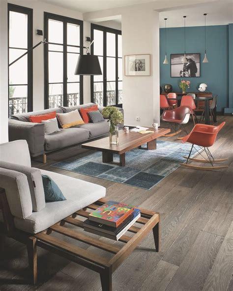déco salon blanc dans appartement haussmannien maison moderne avec grandes fenêtres baies vitrées et baies coulissantes côté maison