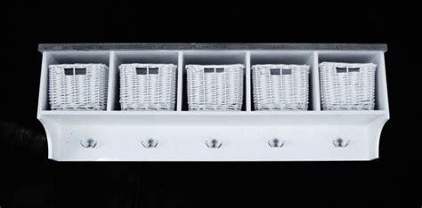 hatthylla med korgar moebler speglar inredning