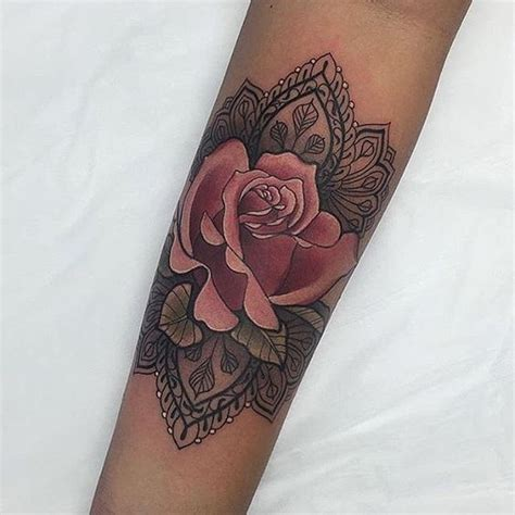 exemple tattoo rose mandala femme interieur avant bras
