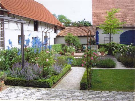 Gartenhof In Burgwindheim  Landhausstil Garten
