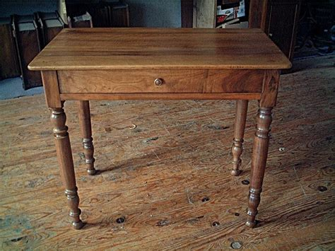 table de bureau en bois table bureau en noyer pieds tourn 233 s qualit 233 de bois antiquites brocante de la tour