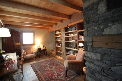chalet bureau grande pièce bureau avec fauteuil et bibliothèque sur mesure