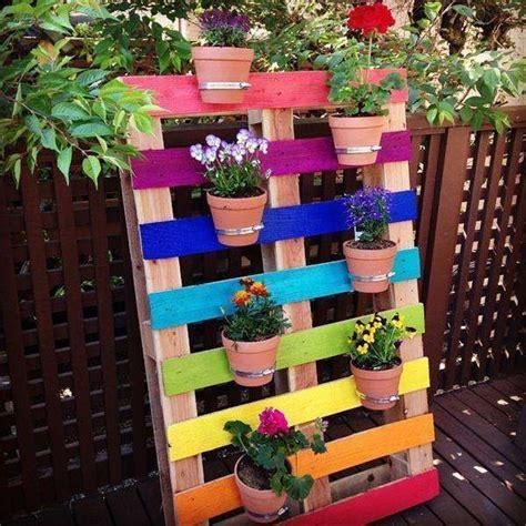 Intanto per dedicarci alla raccolta dei fiori stessi o dai prati o dal nostro giardinetto. Arredare casa con i bancali   Coltivare i fiori, Fioriera verticale e Arredo giardino fai da te