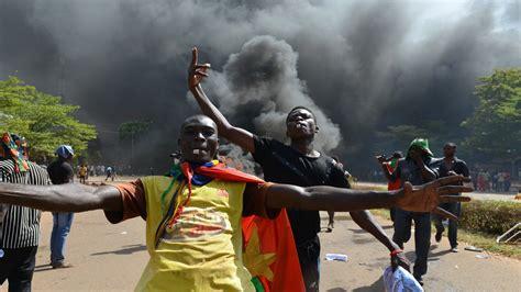 وتنقسم هذه المحافظات إلى شعبية وعددها 351 شعبية ( communes ). ثورة بوركينا فاسو ضد كمباوري: الجيش يتدخل ويحلّ البرلمان