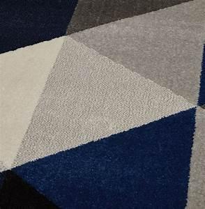 Tapis Bleu Scandinave : tapis design grafik grand tapis de salon aux tons bleus ~ Teatrodelosmanantiales.com Idées de Décoration