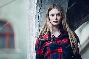 Hübsche 12 Jährige Mädchen : blonde h bsche m dchen stand vor geb ude stockfoto shipskyy 105625400 ~ Eleganceandgraceweddings.com Haus und Dekorationen