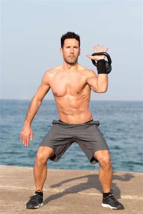 kettlebell seaside lifting sollevamento spiaggia uomo dell ejercicio playa naked side oscillazione dall della coche mar russian dalla elevacion hombre