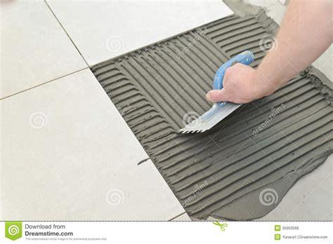 Fliesen Legen Wie Anfangen by Laying Ceramic Tiles Royalty Free Stock Photos Image