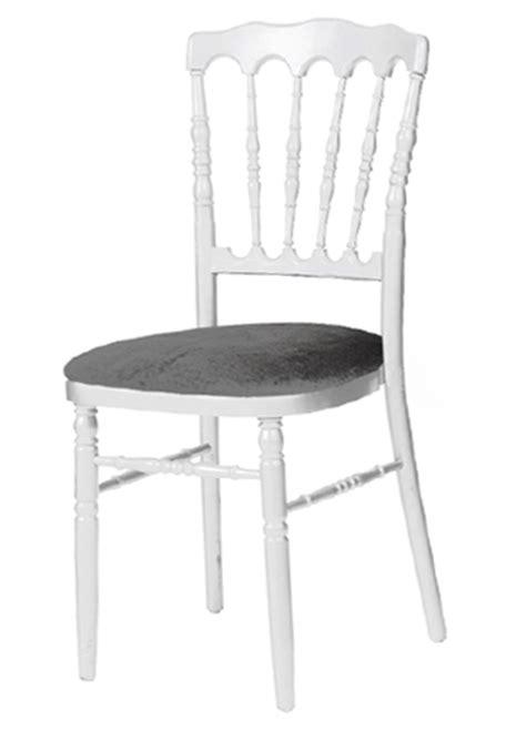 chaise blanche et grise location de mobilier location de chaises i sur un plateau