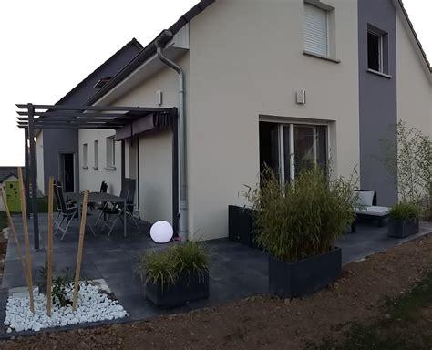 überdachung terrasse alu terrasse design dalles noires anthracite carrelage gr 232 s cerame 20mm bambou salon jardin pergola