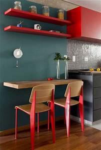 Meubles et chaises en peinture rouge dans cuisine grise for Deco cuisine avec chaise en couleur