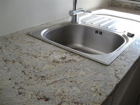 davaus evier de cuisine en granite blanc avec des