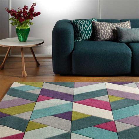 tapis moderne multicolore avec motifs chevrons en laine