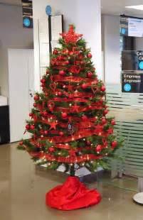 193 rbol de navidad rojo en una oficina de la caixa de