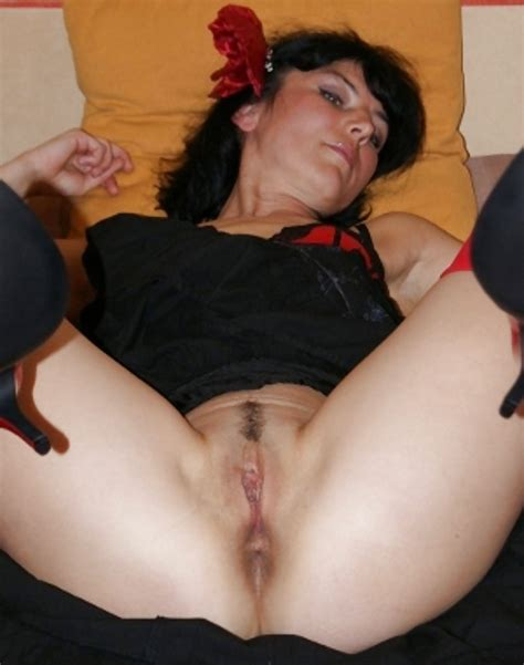 Nice Amateur Brunette Milf Shows Her Shaved Pussy At Home 13 Pics Xhamster
