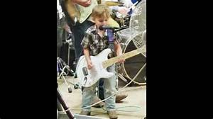 Tiny Outlaw Joins His Father Onstage For Killer 'Folsom ...